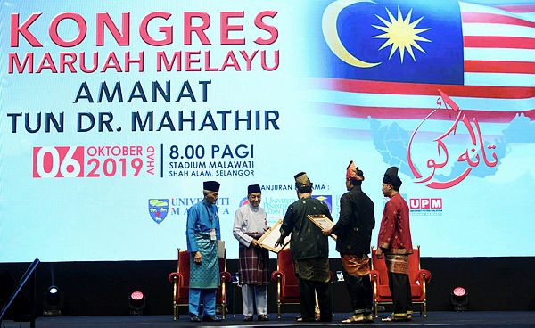 Prime Minister Tun Dr Mahathir Mohamad receiving the receiving the resolution of the Malay Dignity Congress at Malawati Stadium today. — Bernama