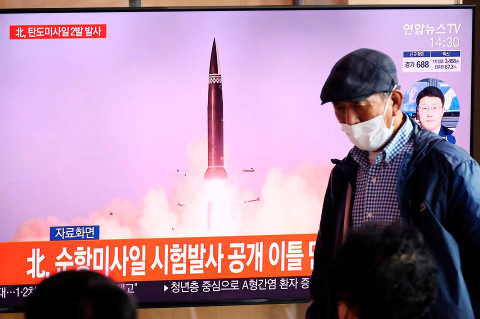 People watching a TV broadcasting file footage of a news report on North Korea firing what appeared to be a pair of ballistic missiles off its east coast, in Seoul, South Korea, September 15, 2021. -REUTERSPix