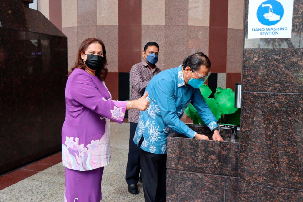 Tan Sri Vincent Tan using the newly installed wash basin at the entrance of BTS Mall. With him are Datuk Seri Zurainah Musa, Executive Director of Berjaya Corporation Berhad (left) and Syed Ali Shahul Hameed, Chief Executive Officer of Berjaya Land Berhad.