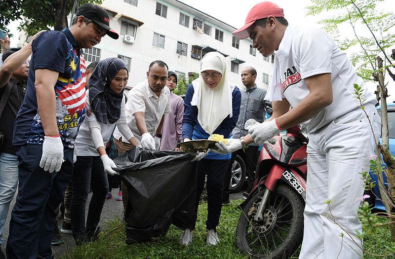 Deputy Prime Minister Datuk Seri Dr Wan Azizah Wan Ismail (2nd R) during an anti-dengue gotong-royong programme at Pangsapuri 610 near Ampang, on Aug 25, 2019. — Bernama
