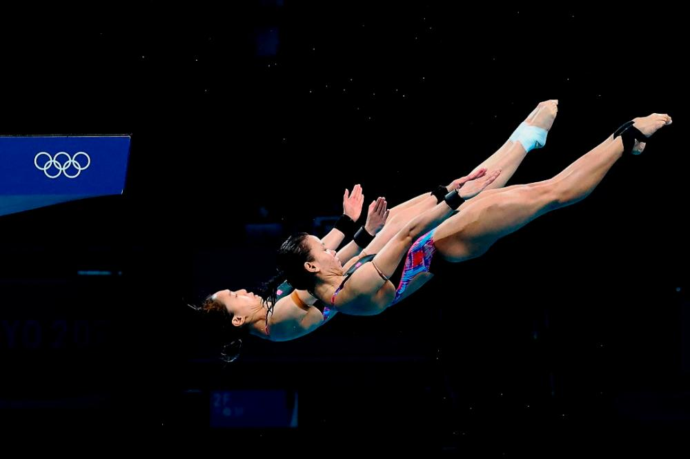 National divers Pandelela Rinong and Leong Mun Yee, during the women's 10m platform synchronised final at the Tokyo Aquatics Centre, today. — Bernama