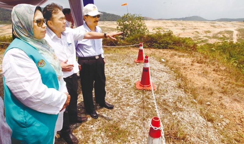 (From left) Zuraida, Chock and Tan visit Bukit Tagar Sanitary Landfill. — Sunpix by Zulkifli Ersal